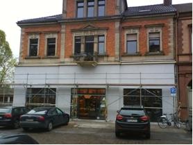 Glatt verputzte Teilfassade in Modefarbe ohne Anpassungsleistung an den Stil der Gründerzeit, Ostbahnstraße